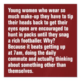 Jovens mulheres que vestem tanto a composição…