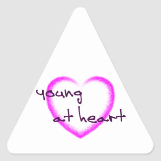 Jovens na etiqueta do coração adesivo triangular