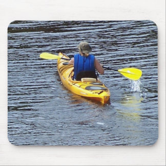 Kayaking abaixo do rio mouse pad