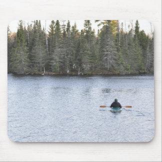 Kayaking no lago mouse pad