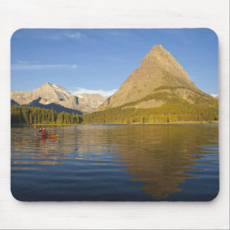 Kayaking no lago Swiftcurrent no nascer do sol no Mouse Pad