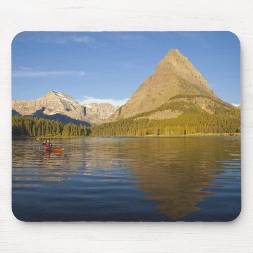 Kayaking no lago Swiftcurrent no nascer do sol no Mousepads