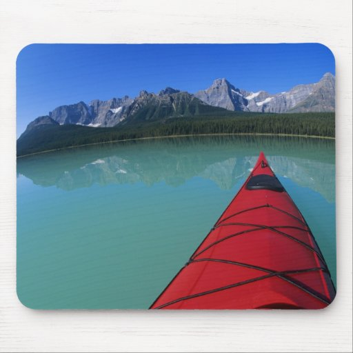 Kayaking no lago waterfowl abaixo do pico de Howse Mousepads