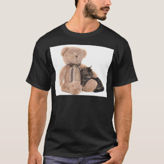 kitten in the arms of a teddy bear camiseta