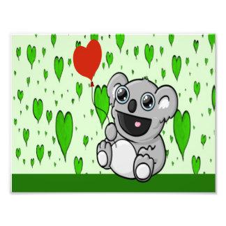 Koala bonito com o balão vermelho do coração impressão de foto