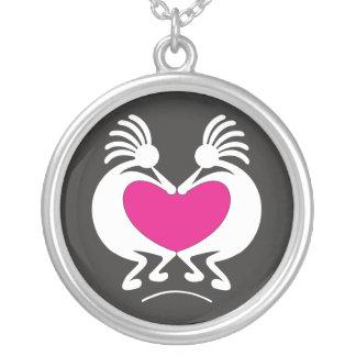 Kokopelli com dia dos namorados cor-de-rosa do colar banhado a prata