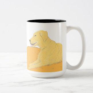 Labrador dourado em uma caneca do coxim
