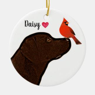 Labrador e enfeites de natal cardinais