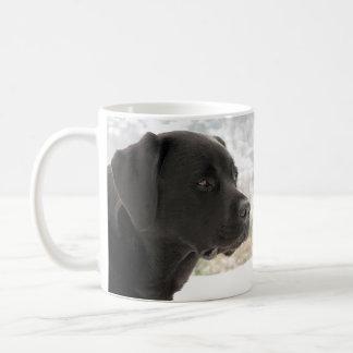 Labrador preto - olhando vistas caneca de café
