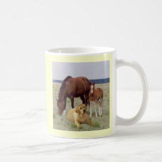 Labrador retriever com caneca dos cavalos