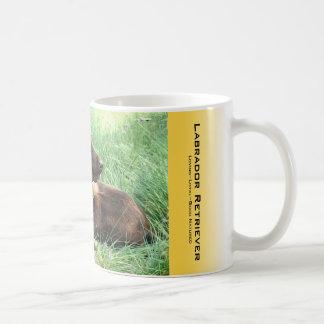 Labrador retriever e flores roxas caneca de café