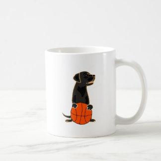 Labrador retriever engraçado que joga o caneca de café
