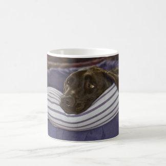 Labrador retriever na cama caneca de café