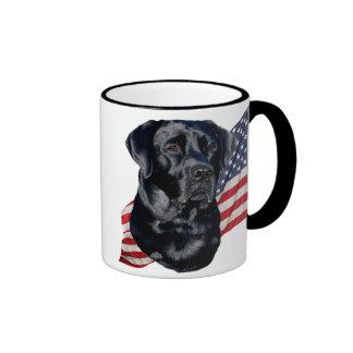 Labrador retriever preto e bandeira canecas