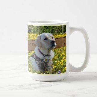 Labrador retriever uma pulsação do coração em caneca de café