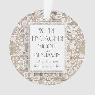 Laço e serapilheira do noivado elegantes ornamento