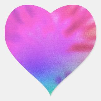 Laço-tintura do arco-íris adesivo coração