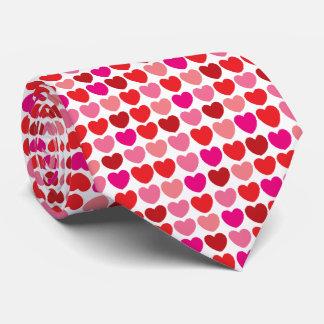 Laço vermelho do teste padrão do coração gravata