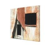 Lado da janela velha da construção do celeiro da f impressão de canvas esticada