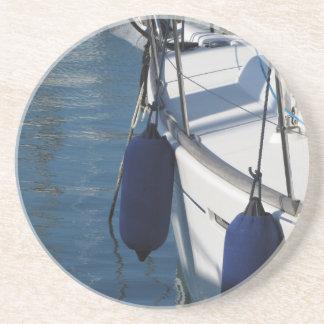 Lado esquerdo do barco de navigação com os dois porta-copos