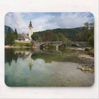 Lago Bohinj com a igreja no mousepad de Slovenia
