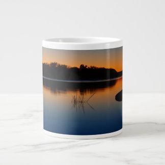 Lago city de Llano Texas na caneca do por do sol