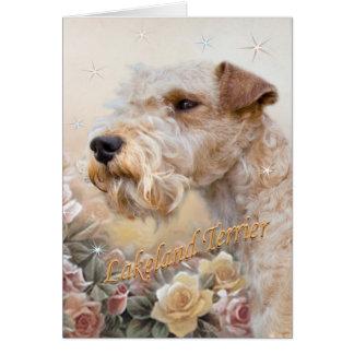 Lakeland Terrier entre o cartão dos rosas