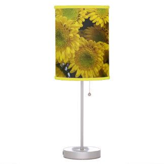 Lâmpada amarela bonito da imagem das flores