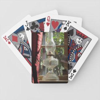 Lâmpada de querosene em cartões de jogo da janela baralho para pôquer
