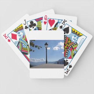 Lâmpada de rua do vintage contra o céu azul baralhos para poker