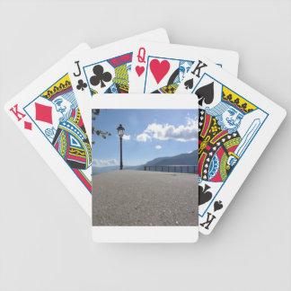 Lâmpada de rua do vintage contra o céu azul jogos de cartas