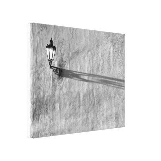 Lâmpada e sombra na parede impressão em tela