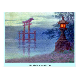 Lanterna de pedra na costa por Y Ito Cartão Postal