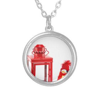 Lanterna vermelha com a estatueta do pinguim no colar banhado a prata