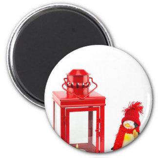 Lanterna vermelha com a estatueta do pinguim no imã