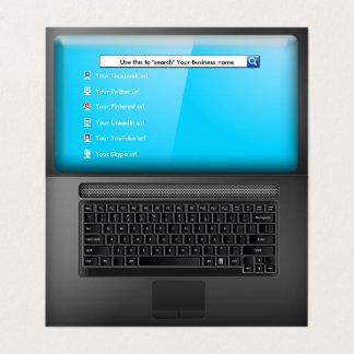 Laptop com tela e ícones sociais dos meios cartão