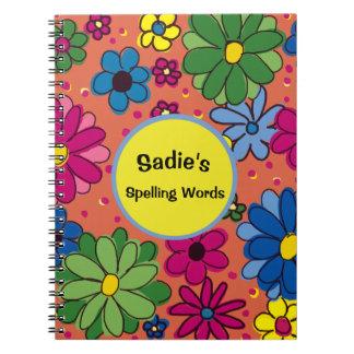 Laranja com o caderno colorido da escola das