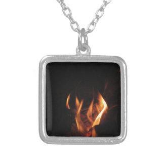 Lareira ardente com chamas do fogo colar banhado a prata