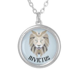 "Latino de Invictus para a colar ""unconquered"""