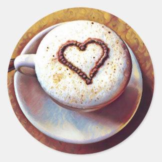 Latte com etiqueta redonda do coração