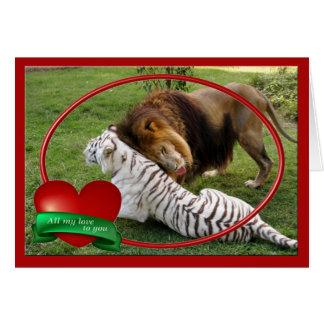 Leão africano & tigre branco que jogam cartões dos