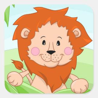 Leão bonito na grama adesivo quadrado