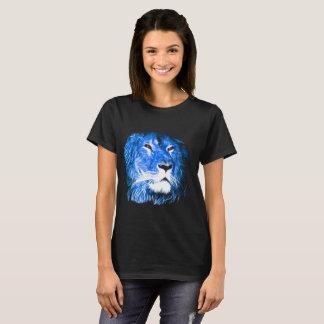 Leão legal com olhos vermelhos e a chama azul camiseta