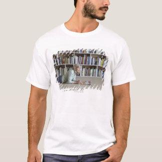 Leitura da mulher mais idosa por estantes camiseta
