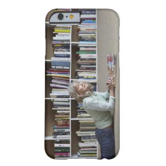 Leitura da mulher mais idosa por estantes capa barely there para iPhone 6