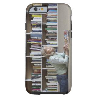 Leitura da mulher mais idosa por estantes capa tough para iPhone 6