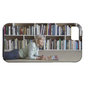 Leitura da mulher mais idosa por estantes capas para iPhone 5