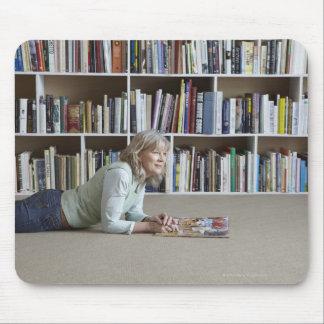 Leitura da mulher mais idosa por estantes mouse pad
