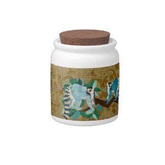 Lemurs em um frasco de biscoito dourado do luar do jarro de doce