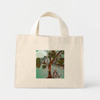 Lemurs para fora em um saco do membro bolsas para compras